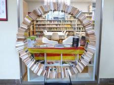Ajuda'ns a donar nom a la nova escultura de la biblioteca